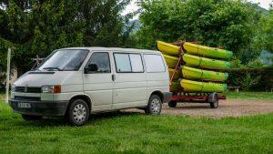 Navette qui transporte avec une remorque des canoës à Monceaux sur Dordogne
