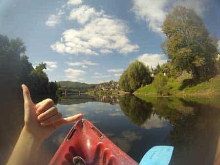 Vacancier faisant du canoë sur la Dordogne à Argentat