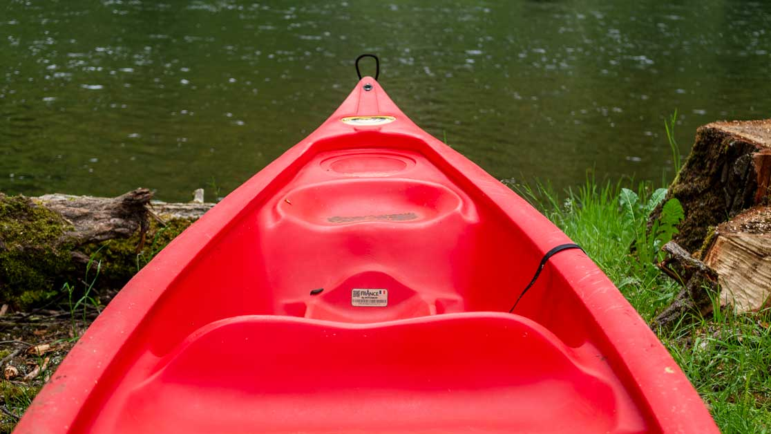 Canoë de marque canadia pour eau douce avec en fond la Dordogne à Monceaux sur Dordogne