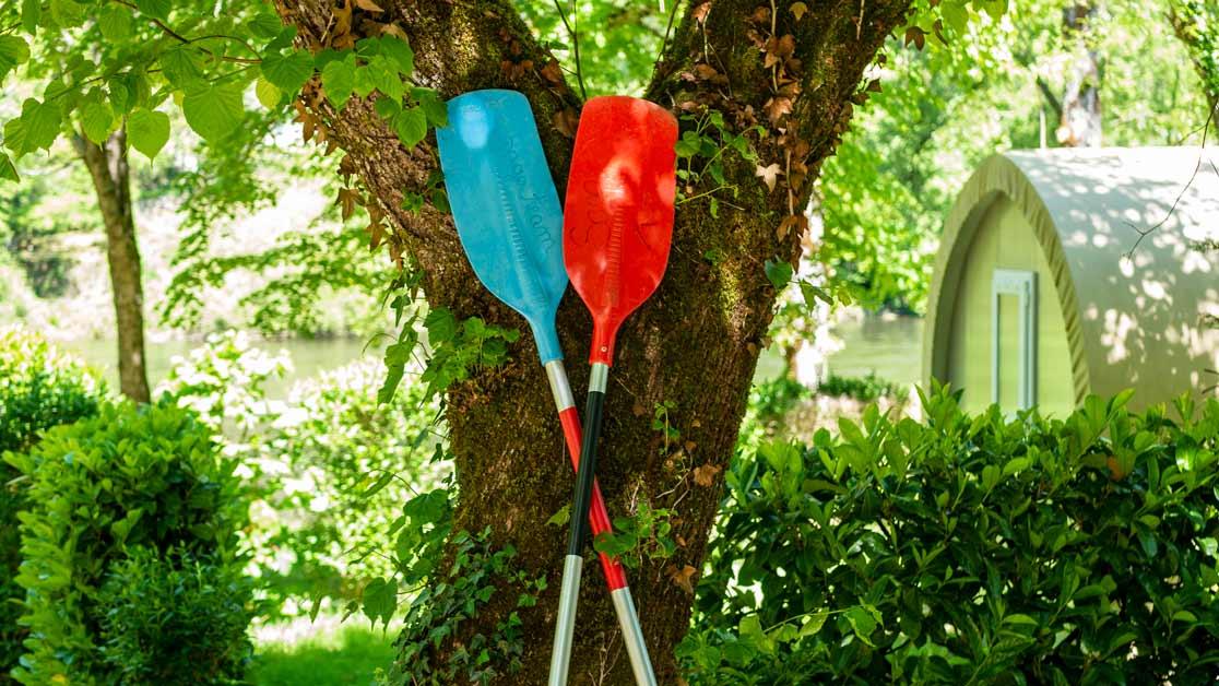 Équipement pour le Canoë et Kayak, nos pagaies double dans la verdure avec la Dordogne en fond