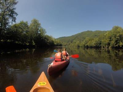 Jeunes vacanciers faisant le parcours découverte sur le fleuve la Dordogne avec la Saga Team